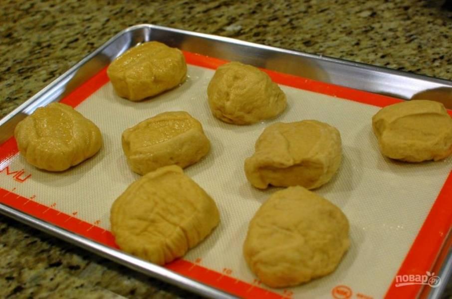 6.Достаньте булочки из содовой воды, удалите лишнюю жидкость.