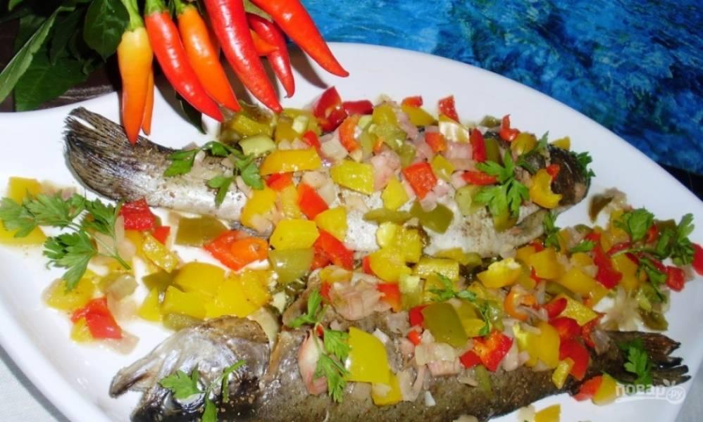 Разогрейте духовку до двухсот градусов и поставьте в нее рыбу. Запекайте около часа. Все зависит от размера рыбы. Может понадобиться немного больше времени, если рыбка у вас крупная.
