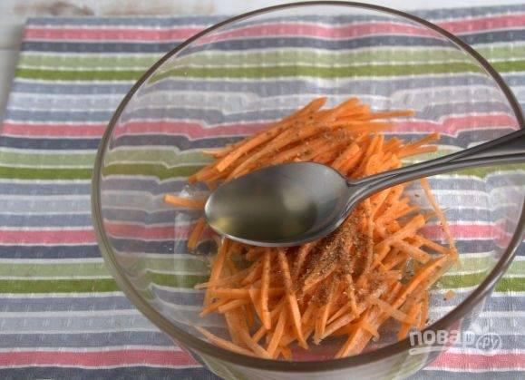 3. Шинкуем морковь и добавляем в нее специи. Я обычно приправляю ее корейскими пряностями, добавляю соль и уксус. Оставляю мариноваться минут на 5-10, после чего ее можно смело отправлять к остальным ингредиентам.