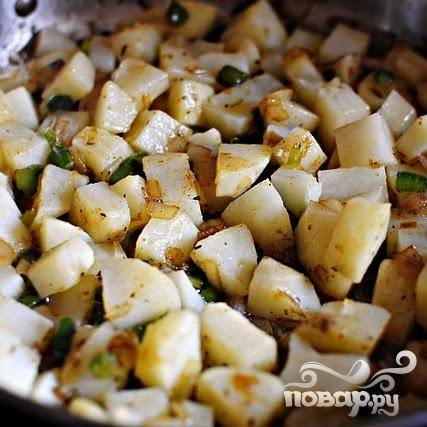 5. Добавить тимьян, соль, перец и нарезанный картофель. Перемешать все ингредиенты вместе и готовить 10-15 минут, периодически помешивая.