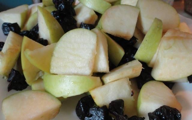 1. Яблоки моем, нарезаем кусочками, а чернослив  помоем, запарим в кипятке, затем достанем, обсушим и тоже измельчим. Курицу разморозим, промоем, обсушим.
