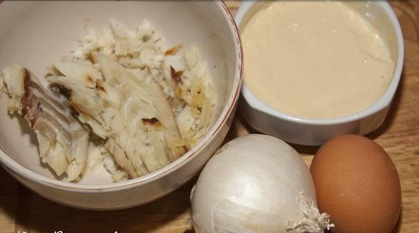 1. Минимальное количество продуктов и на вашем столе салат с копченой треской, который обладает потрясающими вкусовыми качествами.