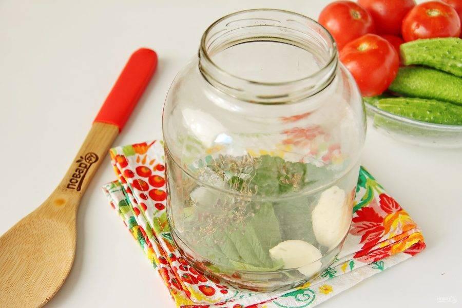 Банки простерилизуйте любым удобным способом. Уложите на дно каждой банки очищенные зубчики чеснока, зонтик укропа, лавровый лист, перец горошком, гвоздику, листики вишни и смородины (зелень необходимо промыть).