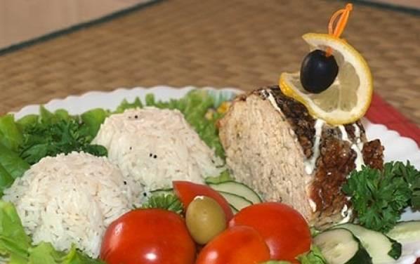 7. Подавать ее можно как порционно, так и целой, красиво украсив оливками, лимоном и зеленью. Приятного аппетита!