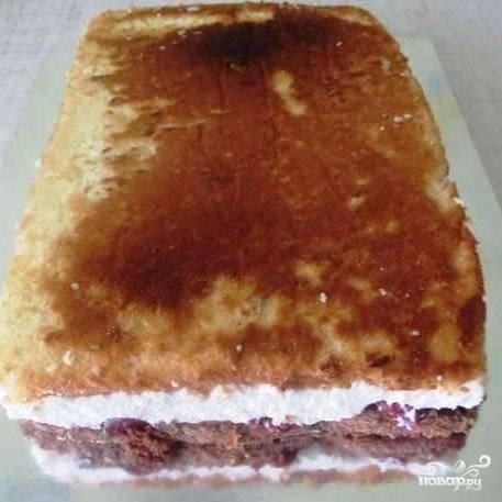 Когда торт остынет, достаем его из формы и пергаментной бумаги.
