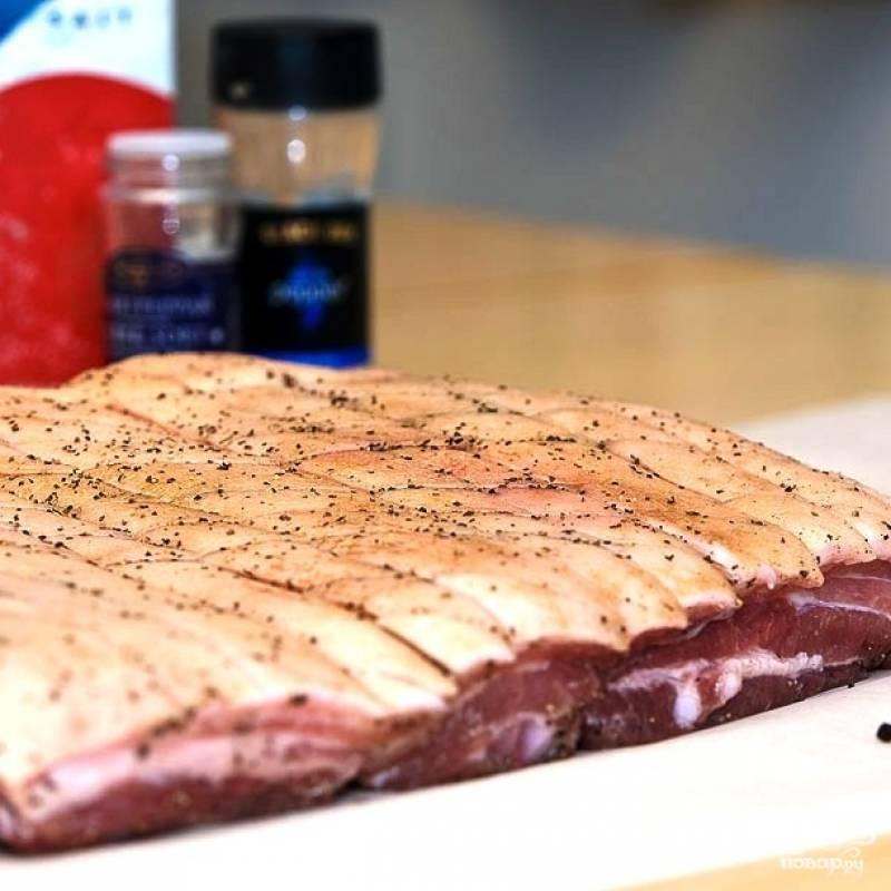 Берем вот такой кусок мяса. Ребрышки необходимо немного разрубить (на следующей фотографии увидите, как), на шкурке сделать много неглубоких надрезов (я делаю сеточку - для красоты).