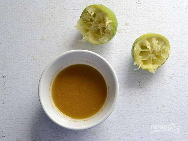 2.В мисочке смешиваю сок лайма, оливковое масло, мед, измельченный тмин, чесночный порошок.