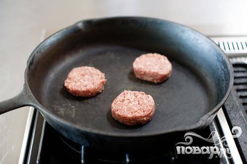 1. В сковороде обжарить колбасу для завтрака на среднем огне. Пока колбаса жарится, разбить яйца в миску.