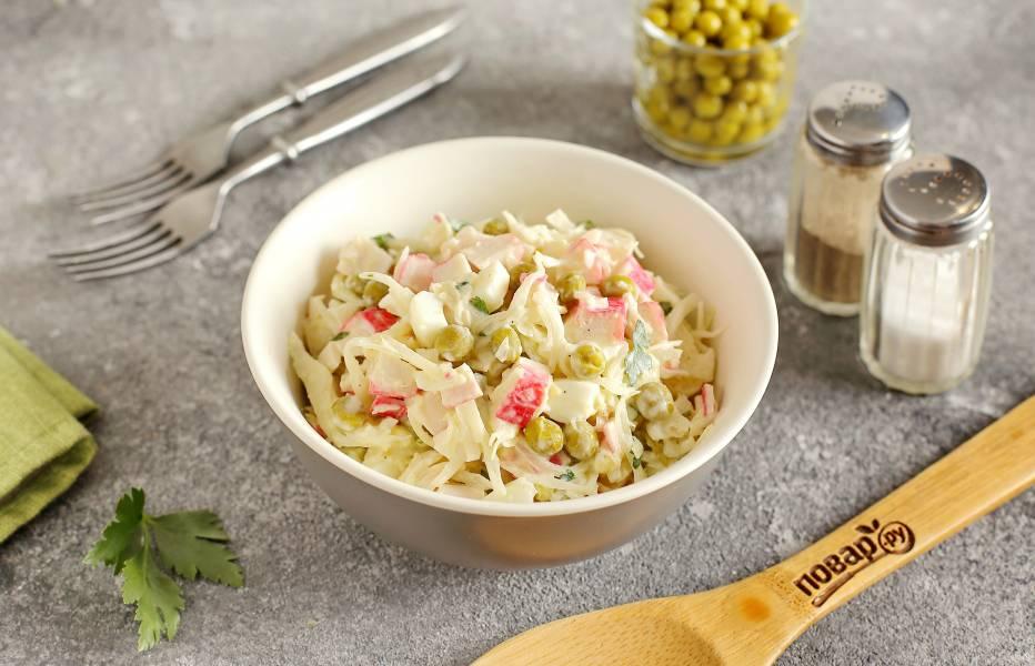 Крабовый салат с капустой и горошком