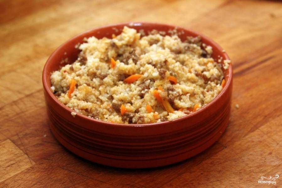 На дно подготовленных горшочков выложить мясо, затем лук и морковь. Последний слой - крупа. Положить в каждый горшочек по половинке лаврового листа и горошине перца. добавить соль. Залить кипятком, закрыть горшочки крышками и отправить в разогретую до 180С духовку на 1 час.  Подавать горячим!