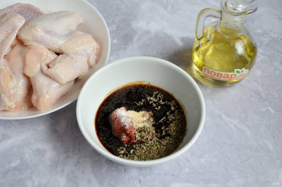 2. Приготовьте маринад: соедините томатную пасту с соевым соусом, базиликом, свежеприготовленным лимонным соком, сахаром, чесночным порошком.