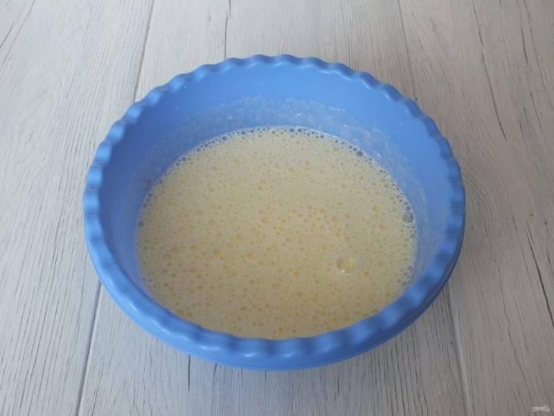 100 мл. молока смешайте с растительным маслом и вылейте в яичную смесь. Еще раз взбейте.