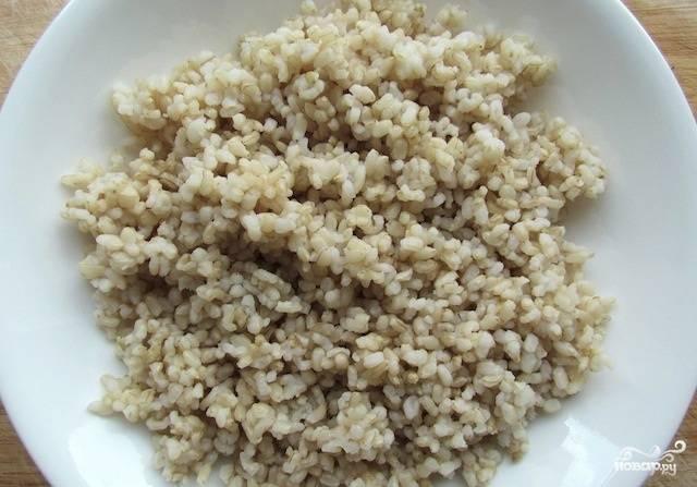 Заранее сварите коричневый рис.
