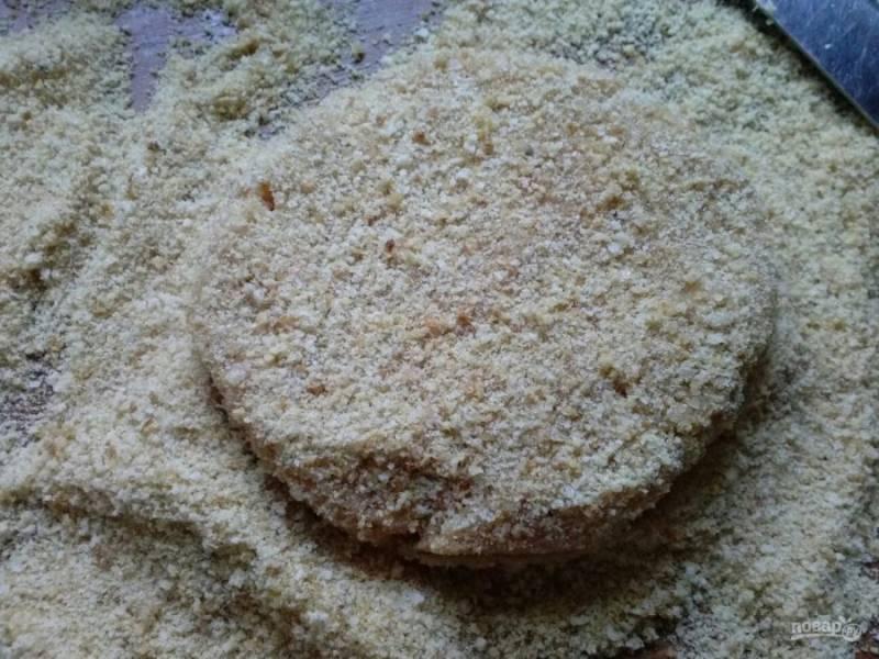 8. Насыпаем на чистую поверхность сухари и по одной формируем в них котлеты. Я придаю круглую, немного приплюснутую форму.