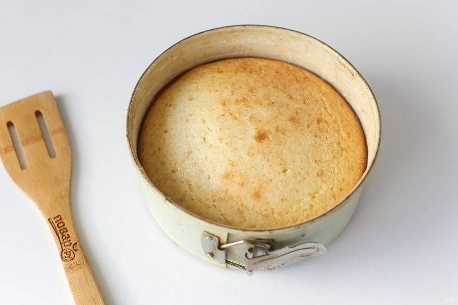 Манник на кефире и сметане готов. По желанию украшаем его сахарной пудрой или поливаем любой глазурью.