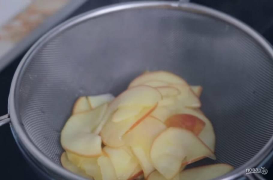 2.  Долго варить яблоки в сиропе не нужно, достаточно, чтобы они слегка размякли. Затем переложите яблоки на сито и дайте сиропу стечь.