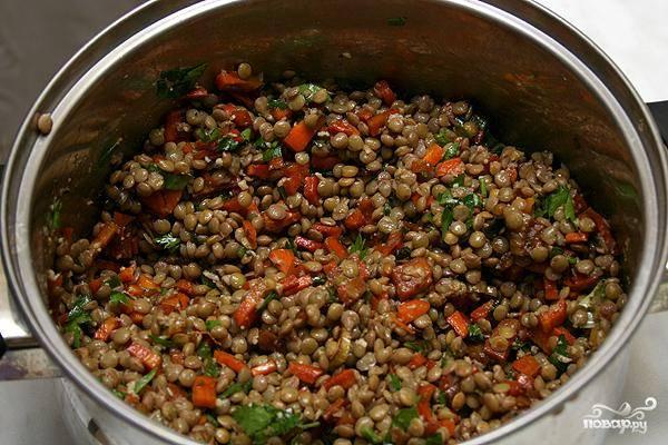 Поджарку смешиваем с чечевицей и заливаем соусом, приготовленным путем смешивания натертого хрена, растительного масла, соли, перца и винного уксуса. Перемешиваем.