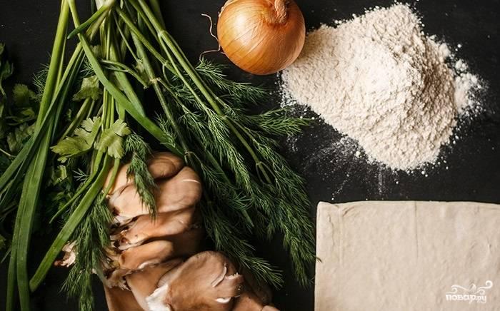1. Вот такой скромный набор основных ингредиентов, которые вам потребуются, чтобы повторить этот простой рецепт постного пирога с грибами.