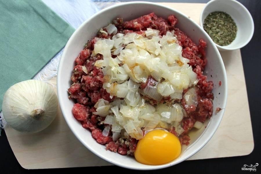 2.Заправьте предварительно поджаренным мелко нарубленным луком. Вбейте куриное яйцо.