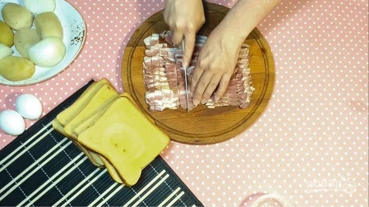 1.Ломтики бекона нарежьте небольшими квадратиками, затем обжарьте на сковороде до золотистого цвета, затем переложите в миску.