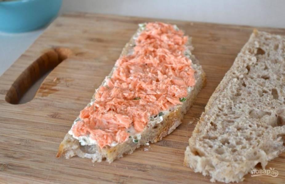5.Разомните мясо семги вилкой, нанесите поверх сырной массы.