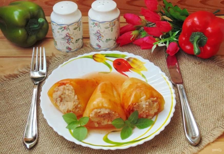 Перцы, фаршированные курицей в соусе готовы. Подавайте на обед или ужин.