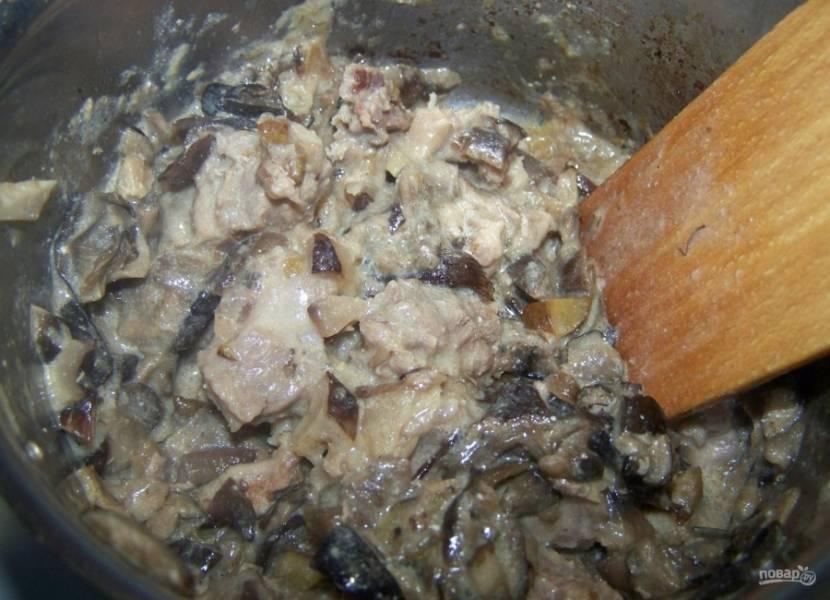 1.Ставлю вариться морковь. В кастрюлю наливаю подсолнечное масло, выкладываю свинину, которую порезал мелкими кусочками. Готовлю на минимальном огне под крышкой 10 минут. Мою и нарезаю мелко грибы, всыпаю их к мясу, добавляю сметану, горчицу, соль и перец, готовлю еще 10 минут.