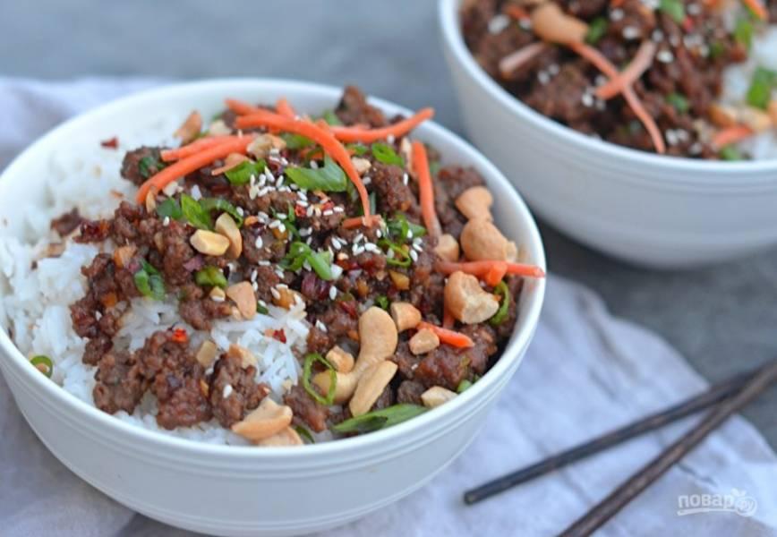 7. Подавайте блюдо с рисом, морковкой и арахисом или другими дополнениями. Приятного аппетита!
