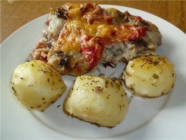 7. Запекаем мясо около 40 минут. Пока свинина стоит в духовке, можно отварить гарнир. Я выбрала на этот раз картофель и соленые овощи. Приятного аппетита!
