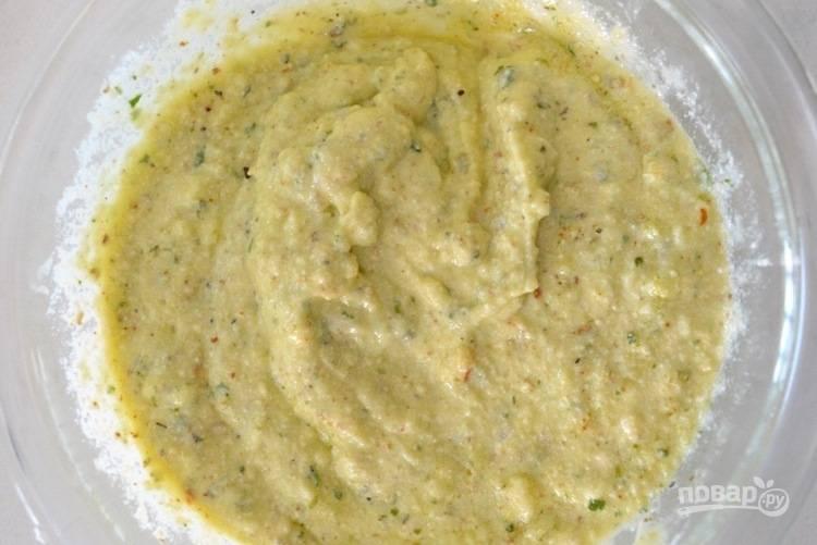 2. В отдельной миске смешайте рикотту, соус песто и яйцо. Перемешайте.