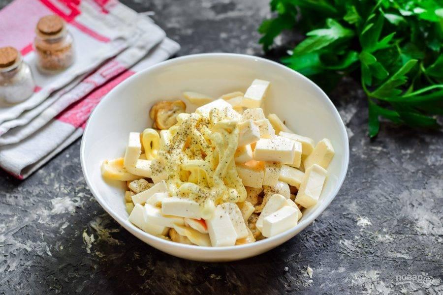 Заправьте ингредиенты солью и перцем, добавьте майонез. Перемешайте все и подавайте салат к столу.