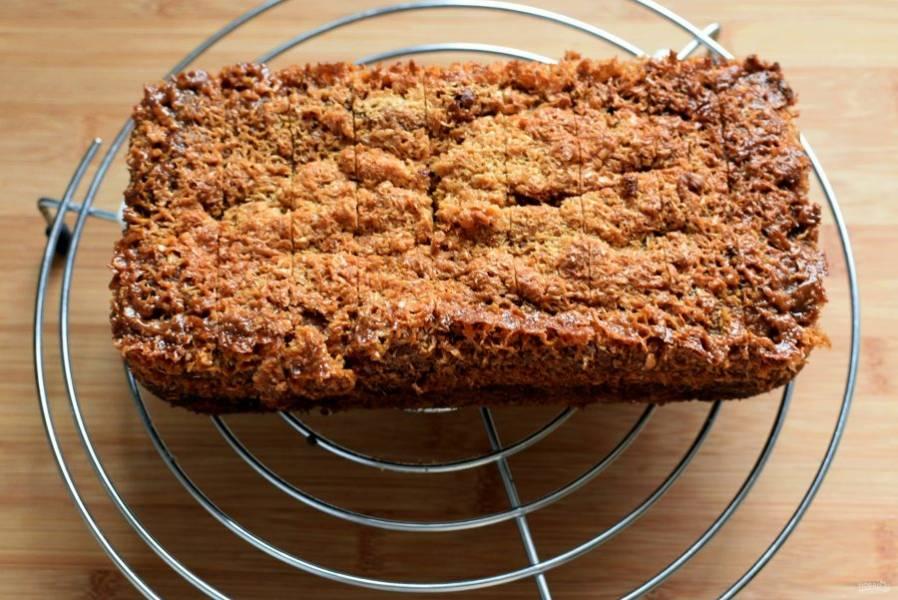 Выньте кекс на решетку и острым ножом сделайте наметку разрезов поверх карамельного слоя, чтобы затем без проблем резать остывший кекс.