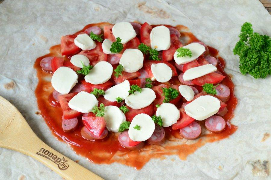 Затем разложите ломтики помидоров и моцареллу. Украсьте петрушкой.