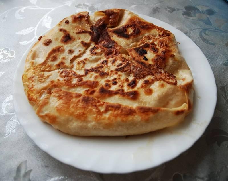6. Вот и весь простой рецепт, как сделать обжаренный лаваш. Снимите его со сковороды и подавайте к столу с соусом, овощами или просто присыпав зеленью.
