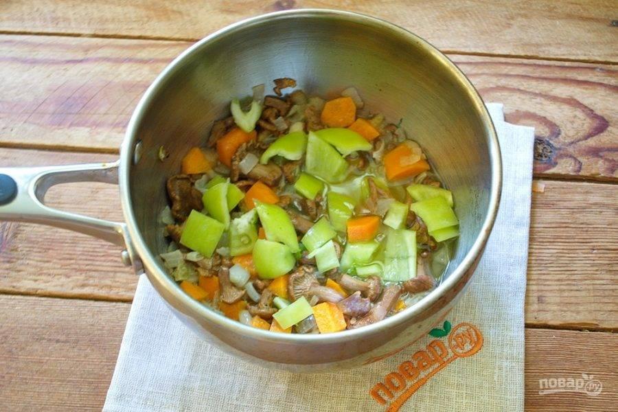 Теперь добавьте нарезанный болгарский перец. Перемешайте и тушите 2-3 минуты.