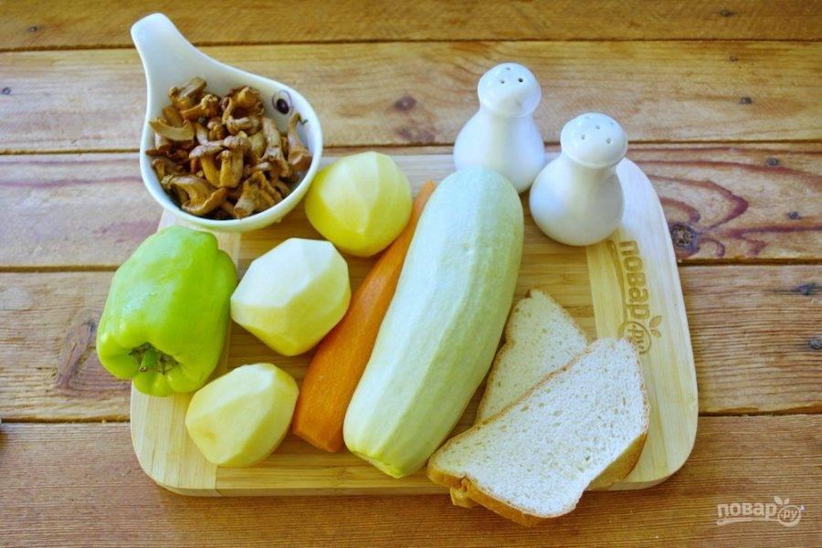 Для приготовления супа возьмите картофель, лук, морковь, кабачок, специи, грибы лисички, соль, плавленый сыр, болгарский перец, батон белого хлеба или готовые сухарики.