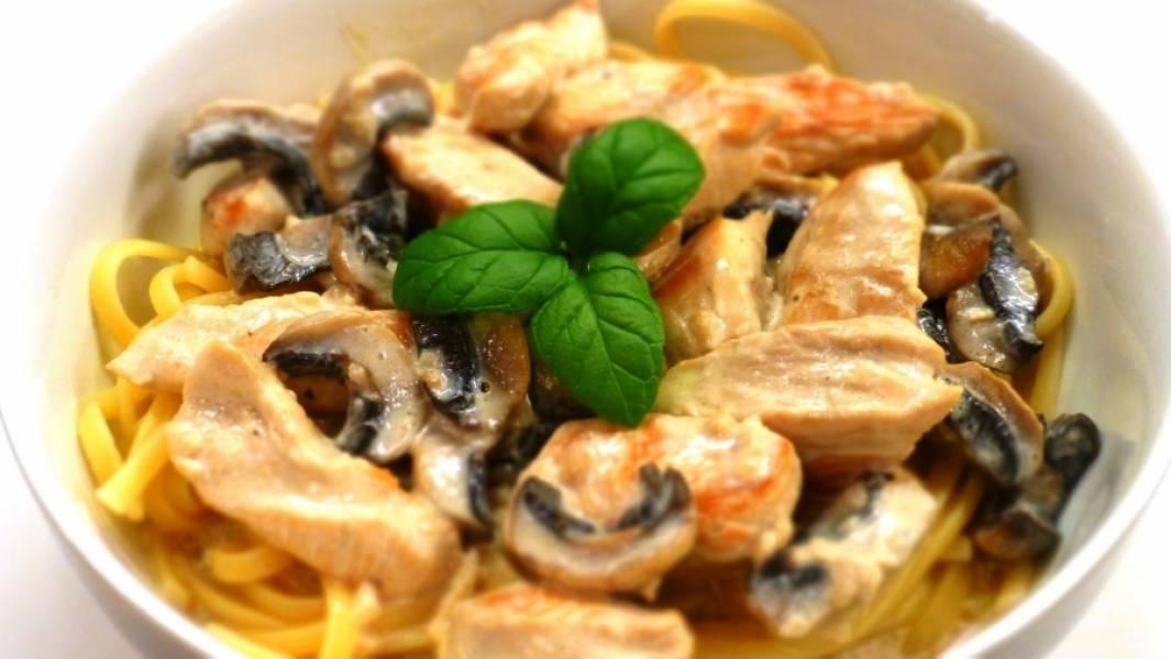 Грибная поджарка хорошо сочетается и со спагетти, и с мясом, и с другими блюдами. Приятного аппетита!