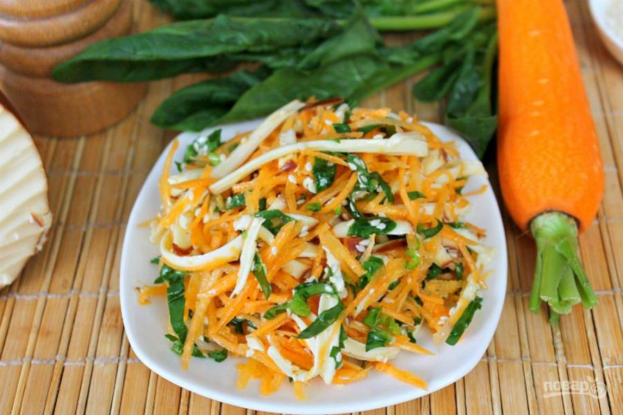Салат с колбасным сыром и морковью готов. Приятного аппетита!