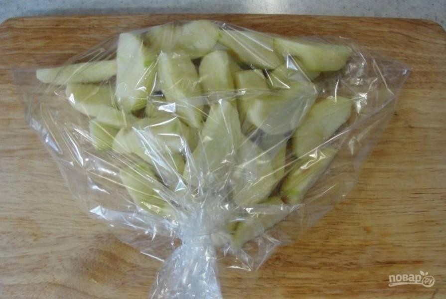 Укладываем яблоки в рукав для запекания и отправляем в духовку до мягкости.