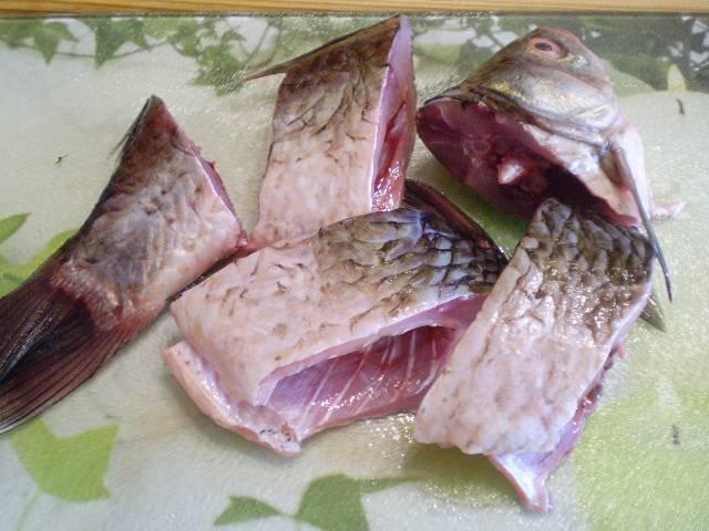 2. Порежьте рыбу на кусочки. Посолите, посыпьте любимыми травами или используйте готовую смесь для рыбы с солью. Оставьте на 10 минут.