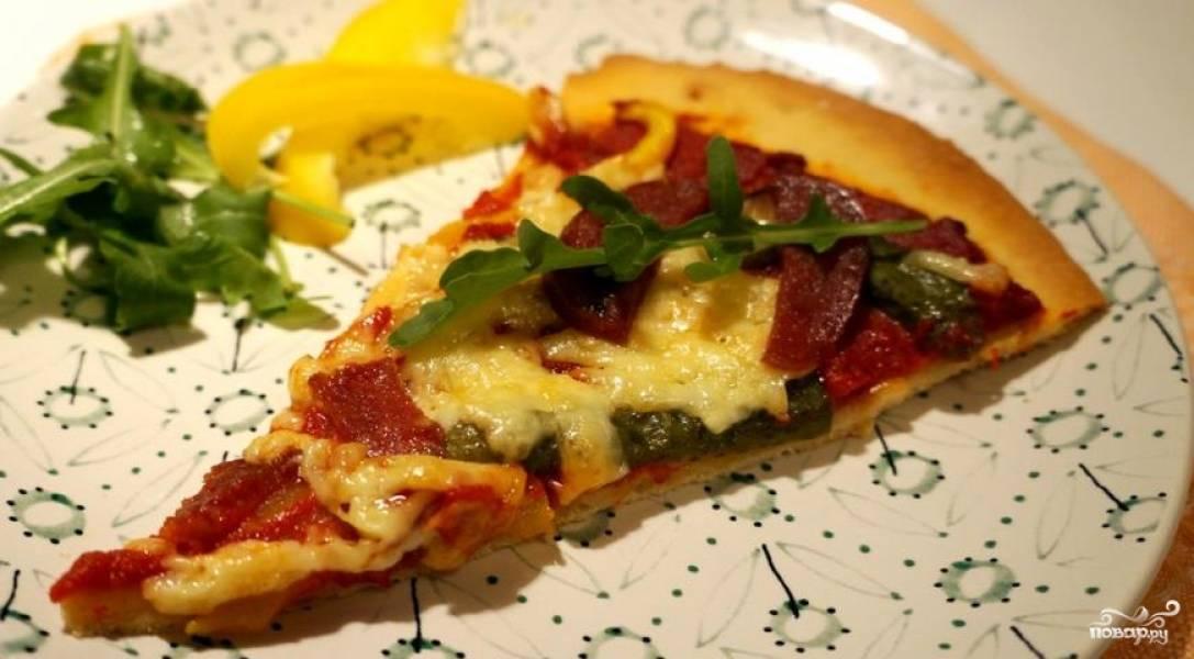 Готовую легкую пиццу подавайте с пылу с жару. Приятного аппетита!