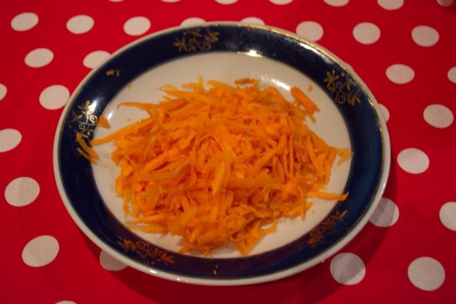 Морковь очистить и натереть на терке.