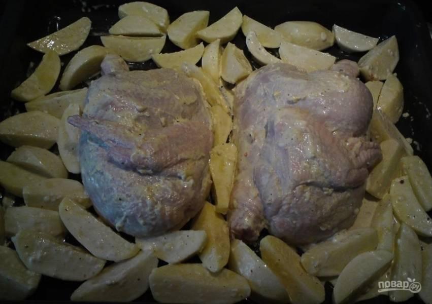 5.Выкладываю картошку на противень к курице и оставляю на 20-30 минут, после этого отправляю в духовку.