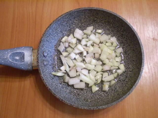 3. Отправляем его на сковородку и жарим до полуготовности с солью.