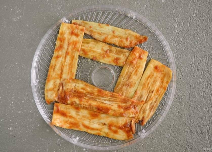 Выложите баклажан одним слоем в сушилку, сушите 6-8 часов при минимальной температуре.