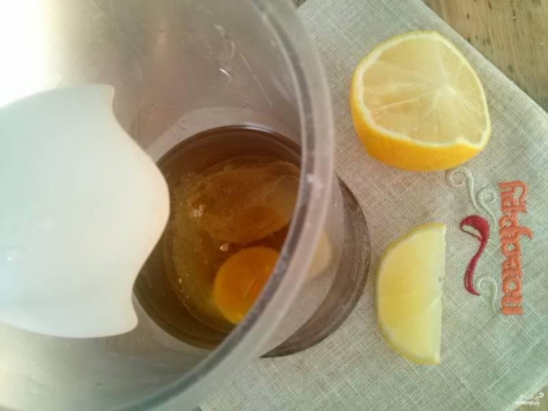 В чашу блендера влейте масло, добавьте горчицу, лимонный сок, соль, сахар и аккуратно вбейте яйцо. Опустите блендер на дно чаши, прямо на желток. Взбивайте в течение 1 минуты, не отрывая блендер от дна. Затем поднимите и перемешайте: майонез готов!