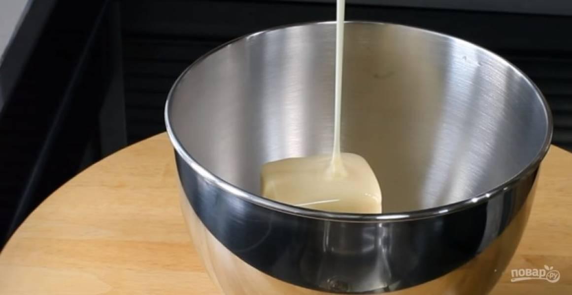 1. Сливочное масло и сгущенку взбейте миксером до однородности. Добавьте шоколадные шарики и хорошо перемешайте.