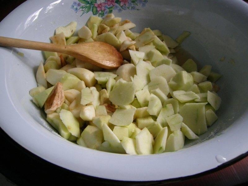 1. Яблоки помойте, очистите от косточек и нарежьте на четвертинки.