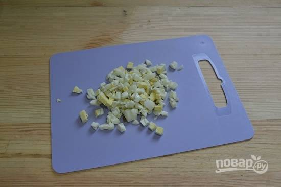 12. Яйца остудите и очистите, нарежьте кубиками.