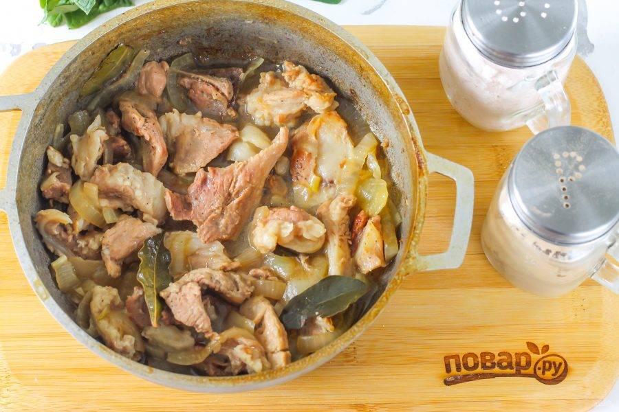 Когда практически вся жидкость выкипит — блюдо будет готово. Попробуйте его на вкус, при необходимости — подкорректируйте.